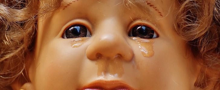 泣いたふりを見せる。
