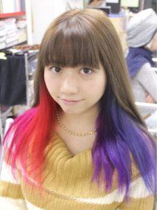 奇抜な色のヘアースタイル